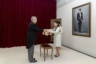 納采の品を記した目録を受け取られる絢子さま=東京・元赤坂の高円宮邸で2018年8月12日(宮内庁提供)