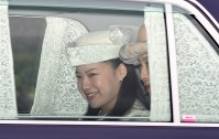 皇居に入る高円宮妃久子さまと三女・絢子さま=皇居・乾門で2018年8月12日午前10時46分(代表撮影)
