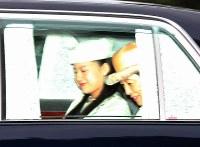 皇居を出られる高円宮妃久子さまと三女絢子さま=皇居・乾門で2018年8月12日午前11時39分(代表撮影)