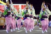 阿波踊りが開幕し、軽快なリズムに乗って踊る人たち=徳島市で2018年8月12日午後7時16分、久保玲撮影