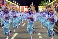 阿波踊りが開幕し、軽快なリズムに乗って踊る人たち=徳島市で2018年8月12日午後7時29分、久保玲撮影