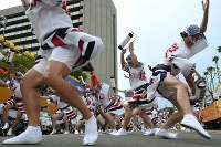 阿波踊りが開幕し、軽快なリズムに乗って踊る人たち=徳島市で2018年8月12日午後5時55分、久保玲撮影