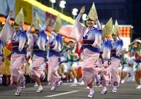 阿波踊りが開幕し、軽快なリズムに乗って踊る人たち=徳島市で2018年8月12日午後7時5分、久保玲撮影
