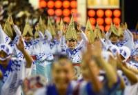 阿波踊りが開幕し、軽快なリズムに乗って踊る人たち=徳島市で2018年8月12日午後7時27分、久保玲撮影