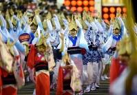 阿波踊りが開幕し、軽快なリズムに乗って踊る人たち=徳島市で2018年8月12日午後7時50分、久保玲撮影