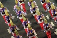 阿波踊りが開幕し、軽快なリズムに乗って踊る人たち=徳島市で2018年8月12日午後8時6分、久保玲撮影