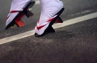 軽快なリズムに乗って阿波踊りを披露する踊り手の足元=徳島市で2018年8月12日午後7時15分、久保玲撮影