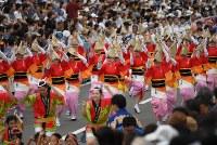 阿波踊りが開幕し、軽快なリズムに乗って踊る人たち=徳島市で2018年8月12日午後6時28分、久保玲撮影