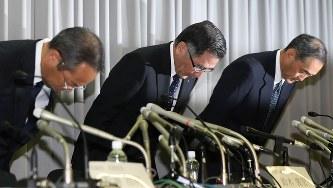 不適切な検査が発覚し、頭を下げるスズキの鈴木俊宏社長(中央)=2018年8月9日、佐々木順一撮影