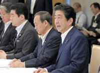 西日本豪雨に関する非常災害対策本部の第2回会合で発言する安倍晋三首相(右)=首相官邸で2018年7月9日、川田雅浩撮影