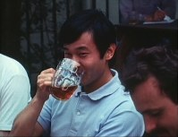 Crown Prince Naruhito (then Prince Hiro) enjoys a pint of beer with his friend at a pub in Oxford, Britain, in July 1986. (Image courtesy of MBS)