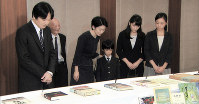 Prince Akishino and other members of his family attend a meeting to pay tribute to victims of the Tsushima Maru, a ship for evacuated children which was attacked and sunk by a U.S. submarine in 1944, on Aug. 16, 2014. (Image courtesy of MBS)