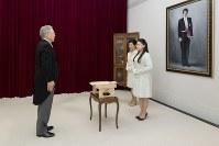 高円宮さまの肖像画の前で、納采の儀の使者を出迎えられた絢子さまと久子さま=東京・元赤坂の高円宮邸で2018年8月12日、宮内庁提供