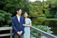 明治神宮御苑を散策された絢子さまと守谷さん。絢子さまの母久子さまが撮影された=2018年8月5日(宮内庁提供)