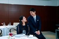 アークヒルズクラブ(東京都港区)での夕食会を前に記念撮影される絢子さまと守谷さん=2018年7月20日(宮内庁提供)