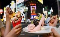 ストロベリーチョコで作られたハイヒールにケーキやフルーツが乗るシンデレラをイメージしたパフェ(右)やデコレーションを乗せたデコパフェ=札幌市中央区で2018年8月2日、貝塚太一撮影
