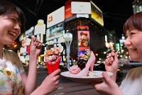 札幌生まれのシメパフェは「インスタ映え」を追い風に各店が競い合いながら、形や素材にこだわり進化を続けている=札幌市中央区で2018年8月2日、貝塚太一撮影