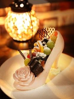 シンデレラをイメージして作られたシメパフェ。ストロベリーチョコで作られたハイヒールの器にケーキやフルーツがトッピングされている=札幌市中央区で2018年8月2日、貝塚太一撮影