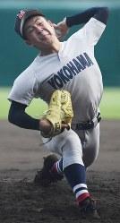 【横浜―花咲徳栄】2番手で登板した横浜の板川=阪神甲子園球場で2018年8月14日、渡部直樹撮影
