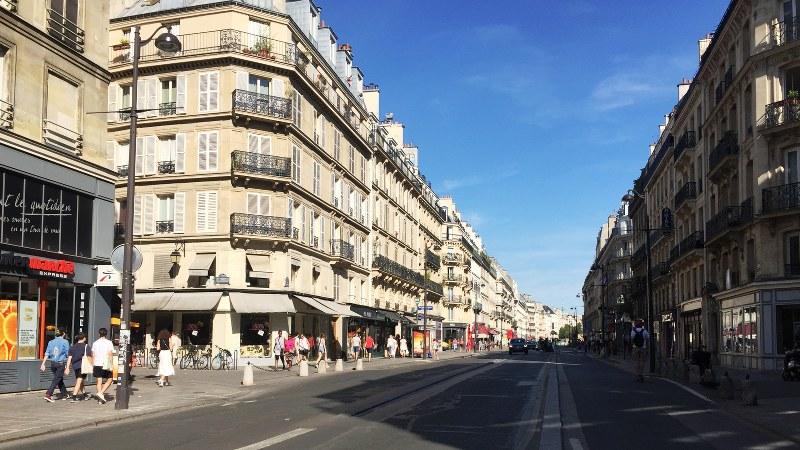 普段よりぐっと交通量が少ない夏のパリ、リヴォリ通り=筆者撮影