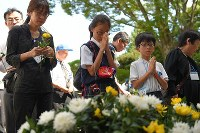 People, including youngsters, pray for war victims at Chidorigafuchi National Cemetery in Tokyo's Chiyoda Ward on Aug. 15, 2018, as Japan marked the 73rd anniversary of the end of World War II. (Mainichi)