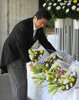 Prime Minister Shinzo Abe offers flowers at Chidorigafuchi National Cemetery in Tokyo's Chiyoda Ward, on Aug. 15, 2018, as Japan marked the 73rd anniversary of the end of World War II. (Mainichi)