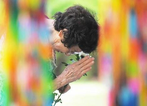 終戦の日に戦没者を悼み手を合わせる女性=東京都千代田区の千鳥ケ淵戦没者墓苑で2018年8月15日午前9時59分、手塚耕一郎撮影