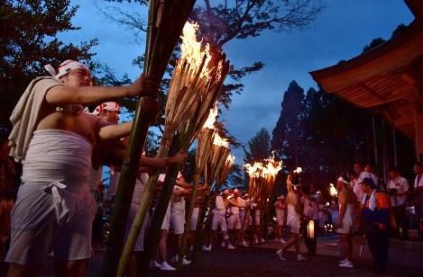 麓山の火祭りで、大きなたいまつを手にする男衆たち=福島県富岡町で2018年8月15日午後6時38分、竹内紀臣撮影