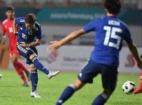 【日本―ネパール】 アジア大会で開会式に先立ち、サッカー男子1次リーグに日本が登場。前半、シュートを放つ渡辺皓太(左端)=インドネシア西ジャワ州チカランで2018年8月14日、宮間俊樹撮影前半、シュートを放つ渡辺皓太(左端)=インドネシア西ジャワ州チカランで2018年8月14日、宮間俊樹撮影