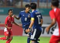 【日本―ネパール】 前半、先制ゴールを決める三笘(中央奥)=インドネシア西ジャワ州チカランで2018年8月14日、宮間俊樹撮影