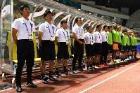 【日本―ネパール】 試合前、国歌斉唱する森保一監督(左)=インドネシア西ジャワ州チカランのウィバワ・ムクティ競技場で2018年8月14日、宮間俊樹撮影