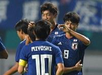 【日本―ネパール】 前半、先制ゴールを決めた三笘(右)にかけよる日本代表の選手たち=インドネシア西ジャワ州チカランで2018年8月14日、宮間俊樹撮影