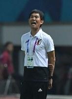 【日本―ネパール】 後半、選手に指示を出す森保一監督=インドネシア西ジャワ州チカランのウィバワ・ムクティ競技場で2018年8月14日、宮間俊樹撮影