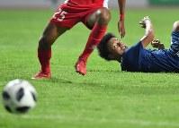 【日本―ネパール】 後半、ゴール前のチャンスを決められずボールを見つめる上田綺世=インドネシア西ジャワ州チカランのウィバワ・ムクティ競技場で2018年8月14日、宮間俊樹撮影