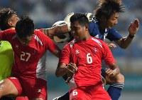【日本―ネパール】 後半、CKから相手選手と競り合いながらシュートを放つ原輝綺(右奥)=インドネシア西ジャワ州チカランのウィバワ・ムクティ競技場で2018年8月14日、宮間俊樹撮影