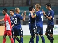 【日本―ネパール】 初戦でネパールに勝利した日本代表の選手たち=インドネシア西ジャワ州チカランのウィバワ・ムクティ競技場で2018年8月14日、宮間俊樹撮影