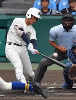 【日大三―奈良大付】一回表日大三2死一、二塁、中村が右中間に2点二塁打を放つ=阪神甲子園球場で2018年8月15日、猪飼健史撮影
