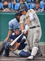 【日大三―奈良大付】六回裏奈良大付1死一、三塁、上野が左中間に3点本塁打を放つ=阪神甲子園球場で2018年8月15日、猪飼健史撮影