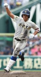 【日大三―奈良大付】六回裏奈良大付1死一、三塁、上野が3点本塁打を放ち、拳を突き上げ塁を回る=阪神甲子園球場で2018年8月15日、渡部直樹撮影