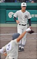 【日大三―奈良大付】六回裏奈良大付1死一、三塁、上野(手前)に3点本塁打を打たれ、肩を落とす日大三の河村=阪神甲子園球場で2018年8月15日、猪飼健史撮影