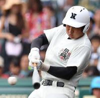 【日大三―奈良大付】三回表日大三2死二、三塁、小沢が右前適時打を放つ=阪神甲子園球場で2018年8月15日、渡部直樹撮影