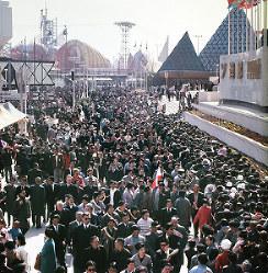 混雑するソ連館前=1970年