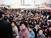 ソ連館に入る大勢の入場客=1970年3月
