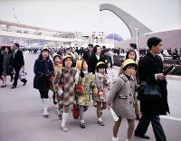 会場を行く小学生のグループ=1970年3月