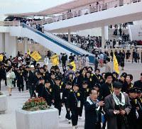 万国博会場を行く小学生の団体=1970年