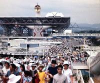 大勢の入場者で賑わう万博会場(エキスポランド側からシンボルゾーン方向を撮影)=1970年夏