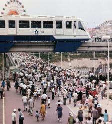 エキスポランドへの通りの上を行くモノレール=1970年