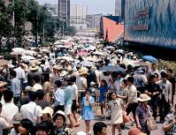 混雑する万国博会場=三菱未来館前で1970年夏