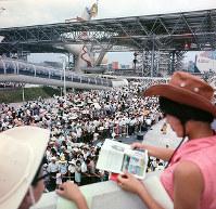 フランス館前に並ぶ人たち=1970年夏