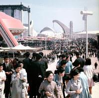 大勢の入場客でにぎわう万国博会場=開場西口付近から、1970年